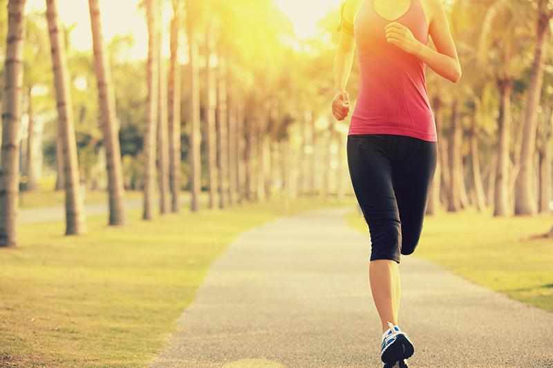 ジョギングする女性の写真