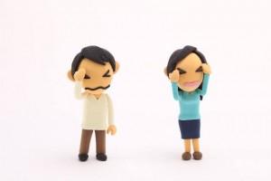 辛い顔をした男女の人形の写真