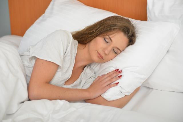寝ている女性の写真